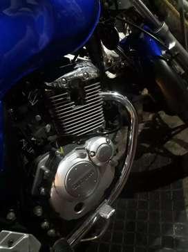La moto tiene todo sus papeles permutaria por auto tengo laj moto y 140 mil