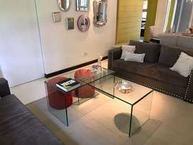 Mesas de vidrio templado y puff de pana roja