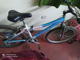 Bicicleta con cambios Shimano.