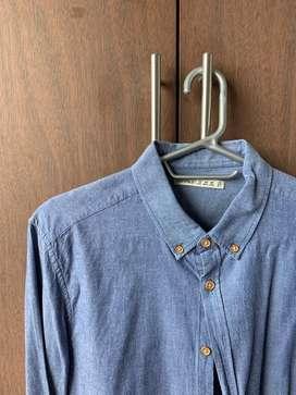 Camisa azul marca Bershka