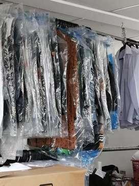 Operario lavandería se ropa