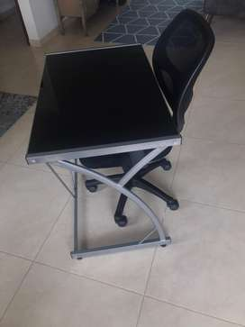 Dos mesas de escritorio en vidrio y estructura en metal