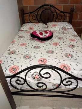 Cama con tendido de tablas nuevas y colchn en casata