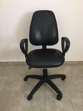 Silla de oficina regulable, ruedas apoya brazo y esplda.