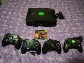 Xbox clasico con 4 controles