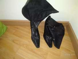 Botas de color negro en forma de punta motivo viaje