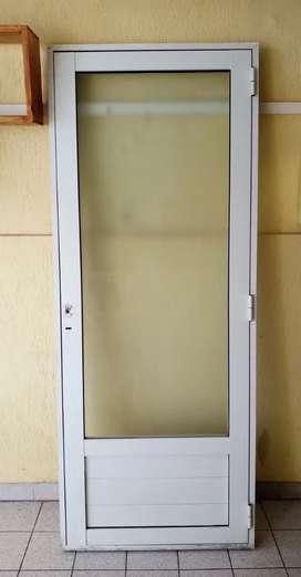 Puerta de aluminio con vidrio stipolite