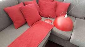 Lámpara colgante y almohadones rojos