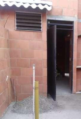 Ventana luceta 30mil , marco de puerta 40mil , estructura para techo 70mil