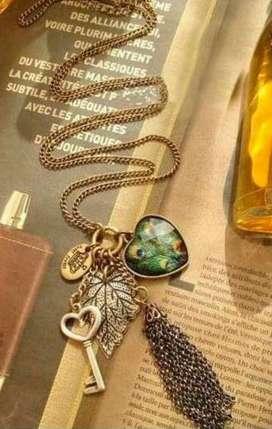Lindo Collar largo verde de corazón, con dijes de llave, corona, y hoja  nuevo!
