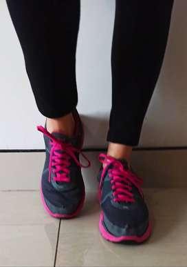 Vendo zapatillas deportivas NIKE originales talla 36, color gris oscuro con fuccia.