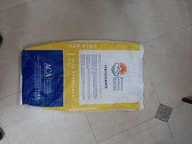 Bolsas arpilleras plásticas para 25 kg en muy buen estado un solo uso el largo es de 77 cm y el ancho es de 45 cm