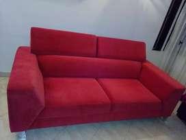 Se vende sofá de tres puestos color cereza