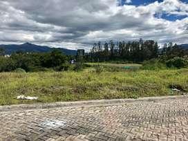 VeNdO  terreno en la Urb. El Pedregal (Alangasí) a 100 m del Hipermarket