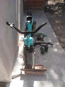 Vendo zanella con faltantes ,funcionando ,recién pintada y un   motor de bici moto