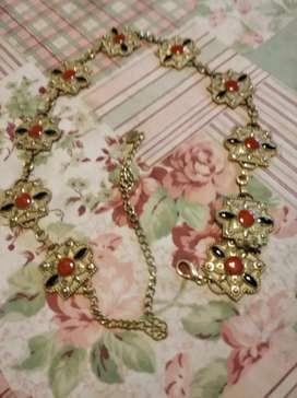 Cinturón de metal dorado