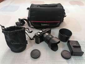 Espectacular Cámara Panasonic Lumix GF1 con lente profesional y Kit completo.