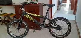 Bicicleta tipo cross para niño, negra con verde, excelente estado.
