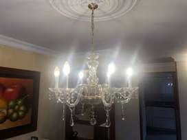 Lámpara Chandelier de 6 bombillos tipo vela y 3 apliques de pared 2 bombillos tipo vela cada uno, usado, perfecto estado