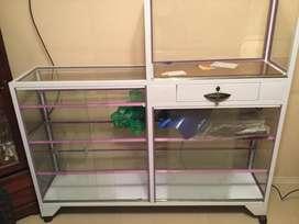 vitrina mostrador con caja