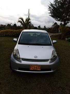 Carro Daihatsu plateado Sirion 2007