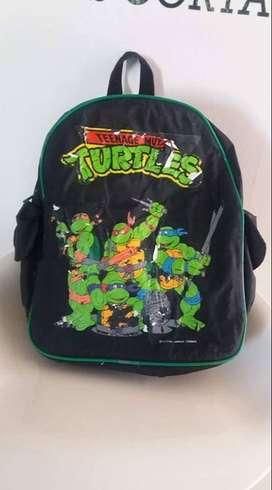Mochila Tortugas Ninja. 2 bolsillitos a los costados alto 35 cm ancho 30 cm $