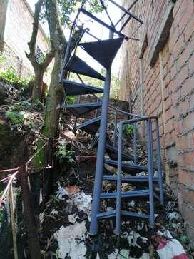 Vendo escalera metálica en forma de caracol izquierda de 3 metros