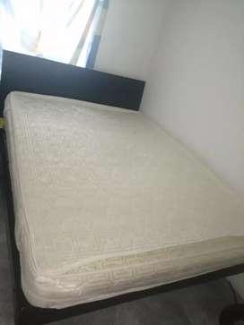 Se vende cama con con colchón