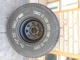 Cubierta para camioneta o jeep marca Michelin  33x12.5x15 con llanta, usada solo de auxilio