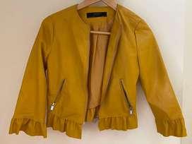 Campera de cuero amarilla marca Zara traida de España talle XS