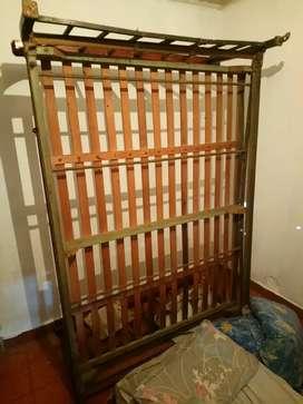Cama respaldar bronce y madera lustrada.