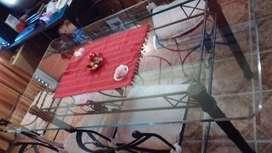 Mesa y sillas de vidrio y hierro