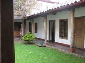 Casa grande, con tres patios interiores.825