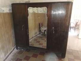 Ropero antiguo con espejo