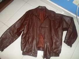 chaqueta de cuero cafe en buen estado talla M