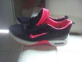 Zapatos deportivo de dama Nike em muy buen estado. Cosidos reforzados sin afectar la imagen.