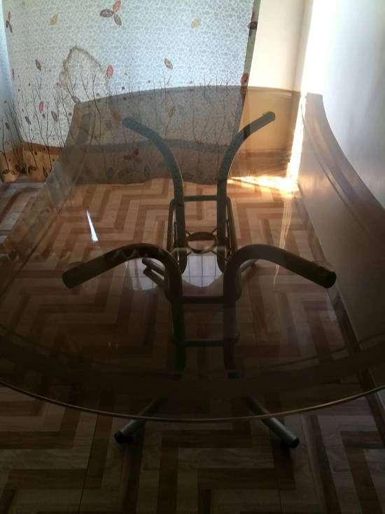 Mesa de vidrio para 6 sillas.