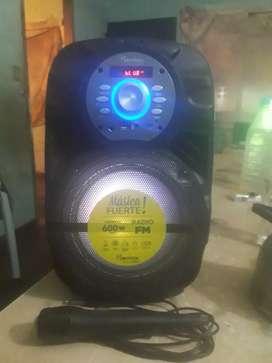 Vendo parlante tiene Bluetooth entrada USB para tarjeta de memoria y micrófono