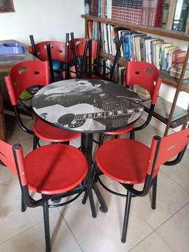 Mesas y 4 sillas.