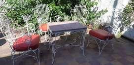 Sillas y mesa de hierro antiguo
