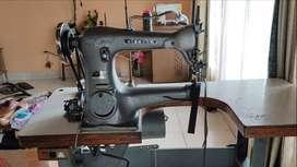 Máquina industrial guarnecedora de calzado y bolsos