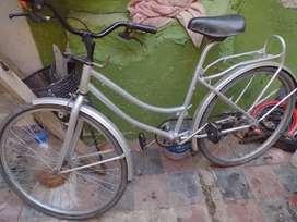 Vendo bicicleta hay que arreglarle el manubrio y emparejarla es tipo inglesa