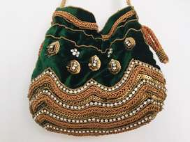 Hermoso bolso de diseñadora elaborado en mano con decoracion para todo tipo de eventos. Bolso nuevo.