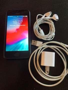 Vendo Iphone 5s Negro, liberado de fábrica, funcionando en perfecto estado, c/funda, cargador y auricutales. No permuto
