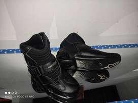 Chaqueta y botas de motociclista