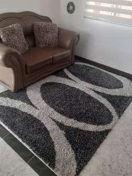 Tapete gris y blanco de 2.30 ×1.55 metros