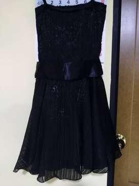 Vestido negro con rosas plateadas talla S, usado