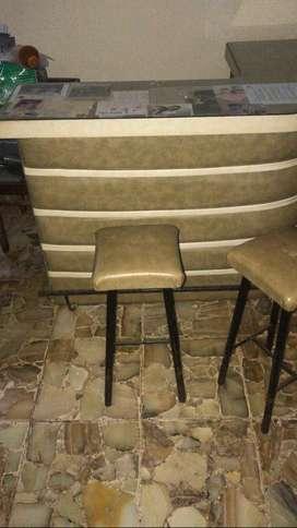 Bar curvo + dos taburetes