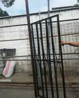 Puerta de fierro con batiente