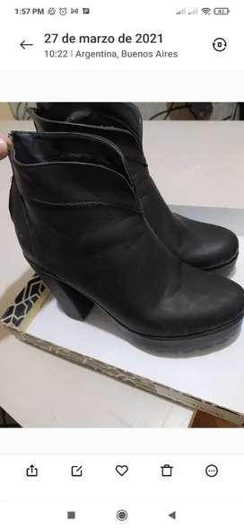 Botineta taco alto.color negro. T37